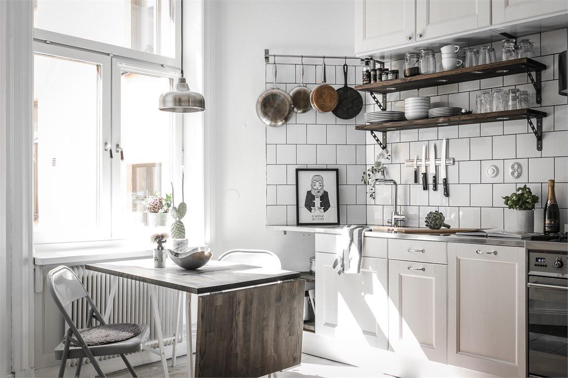 кухня окно стол белая плитка