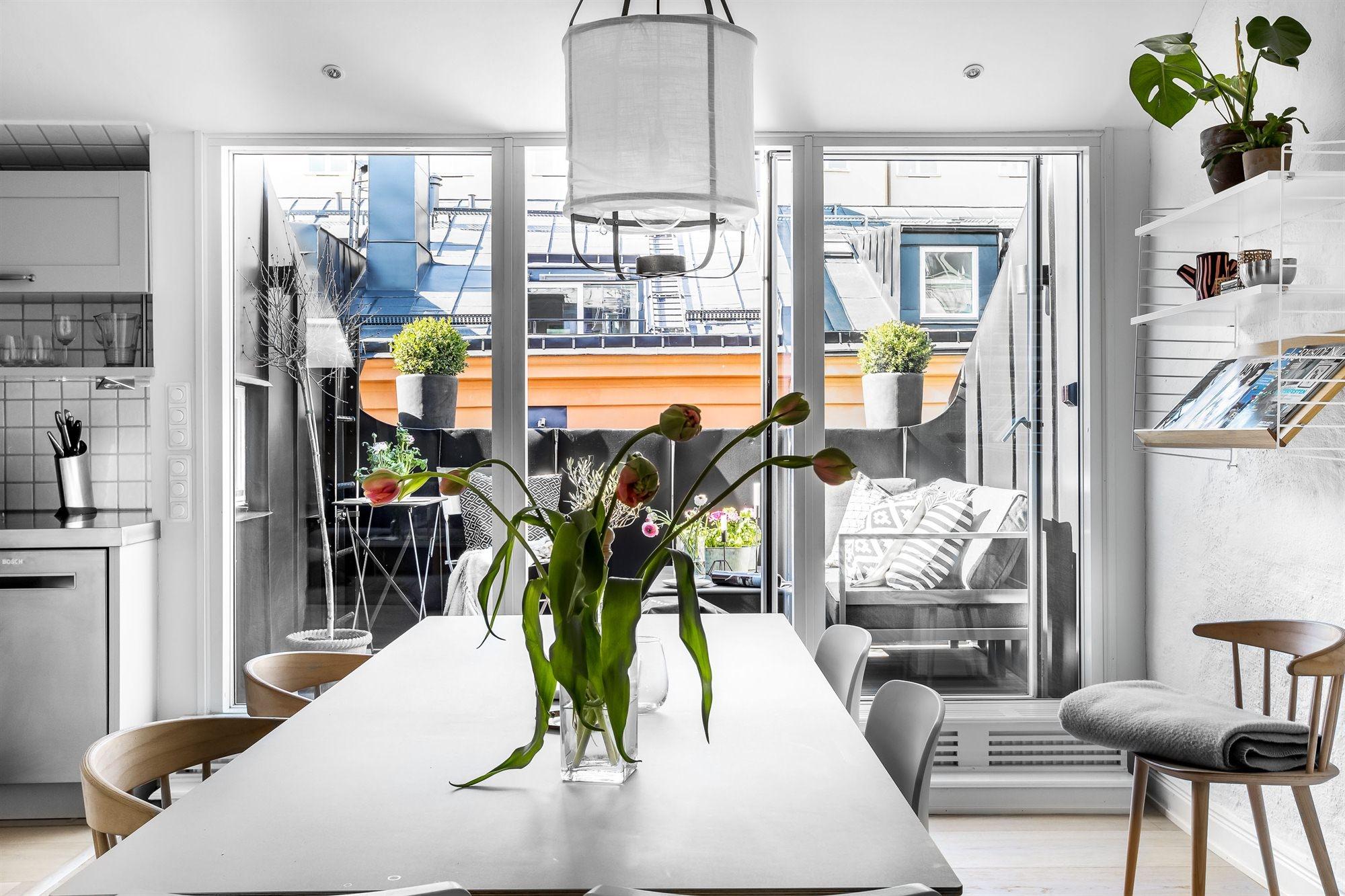 мансарда обеденный стол балкон