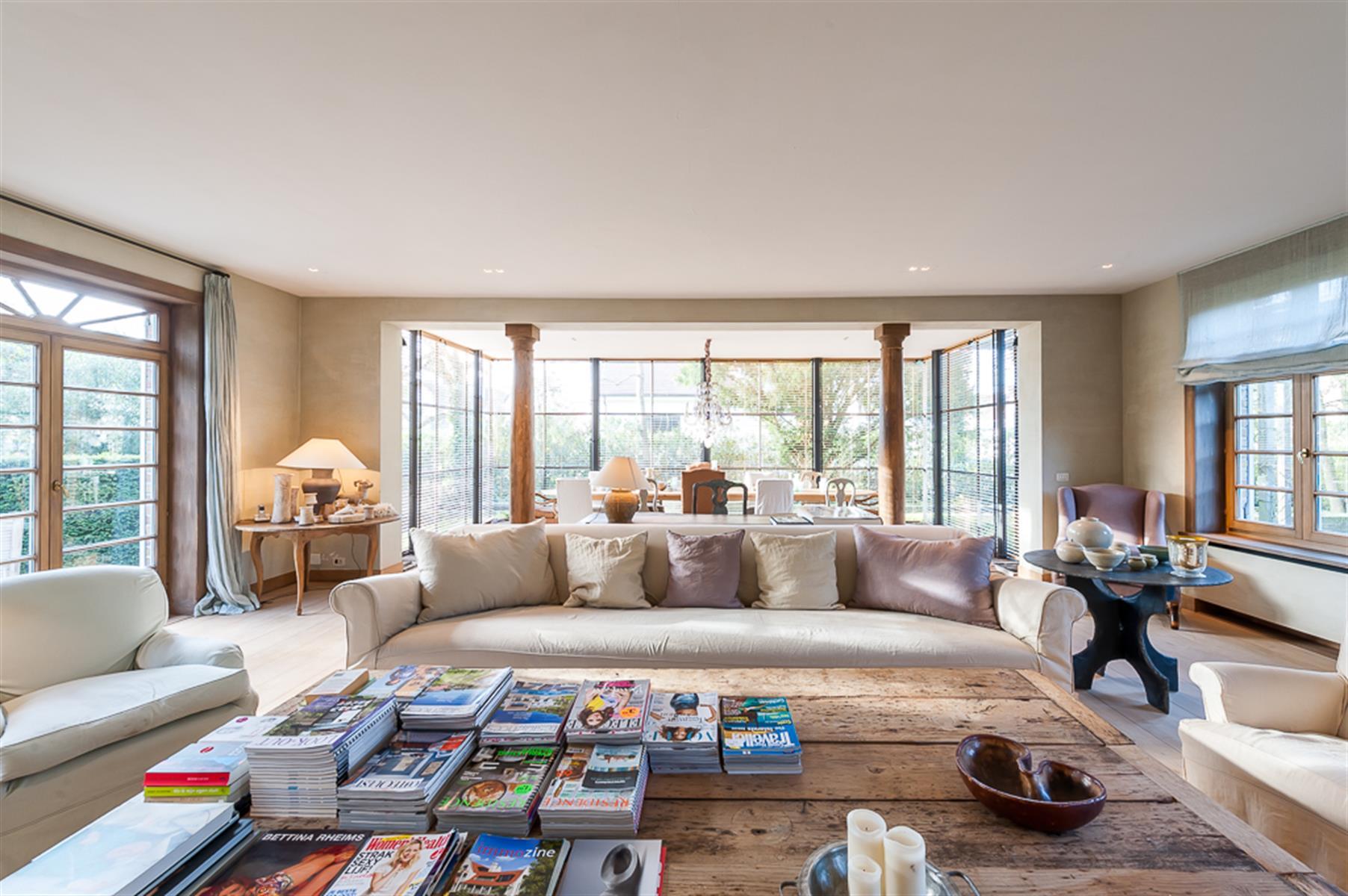 панорамное остекление гостиная диван журнальный столик колонны