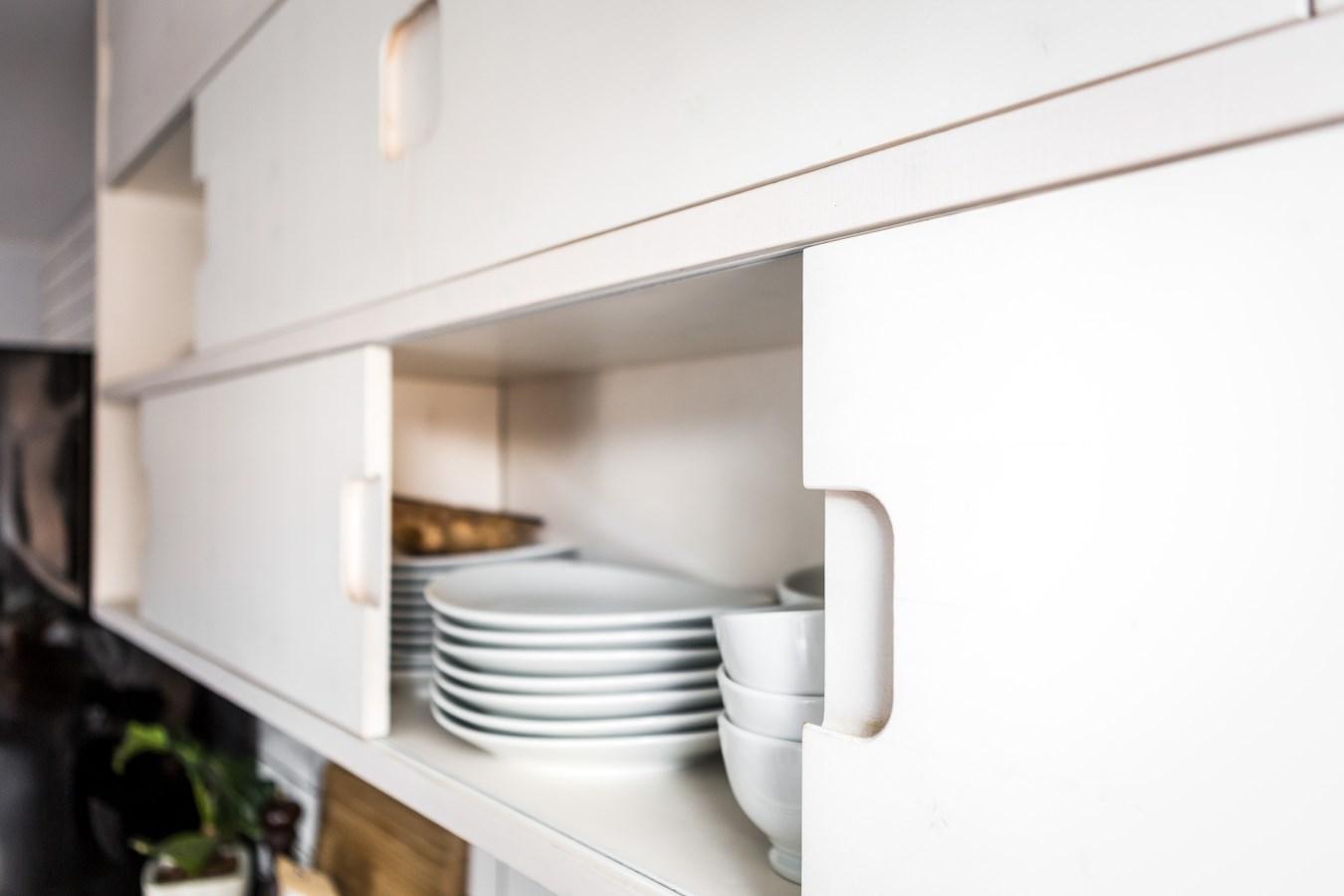 кухонный шкаф полки посуда