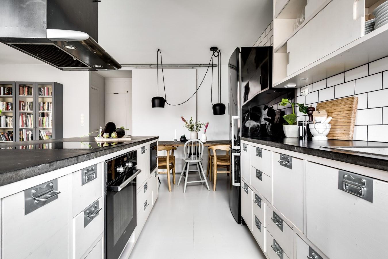 белая кухня кухонный остров плита вытяжка мойка холодильник стол стулья