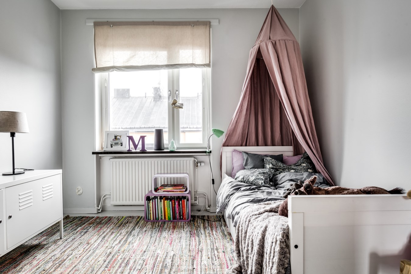 детская спальня кровать полог балдахин окно