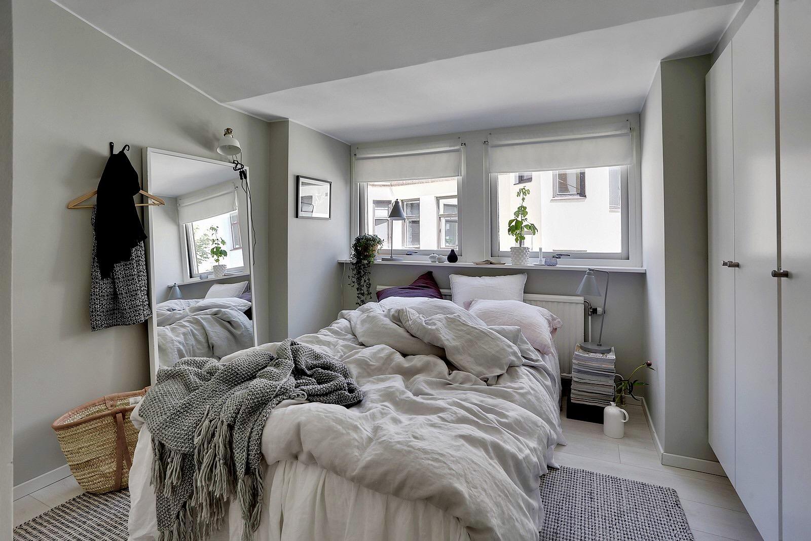 спальня кровать шкаф окно зеркало