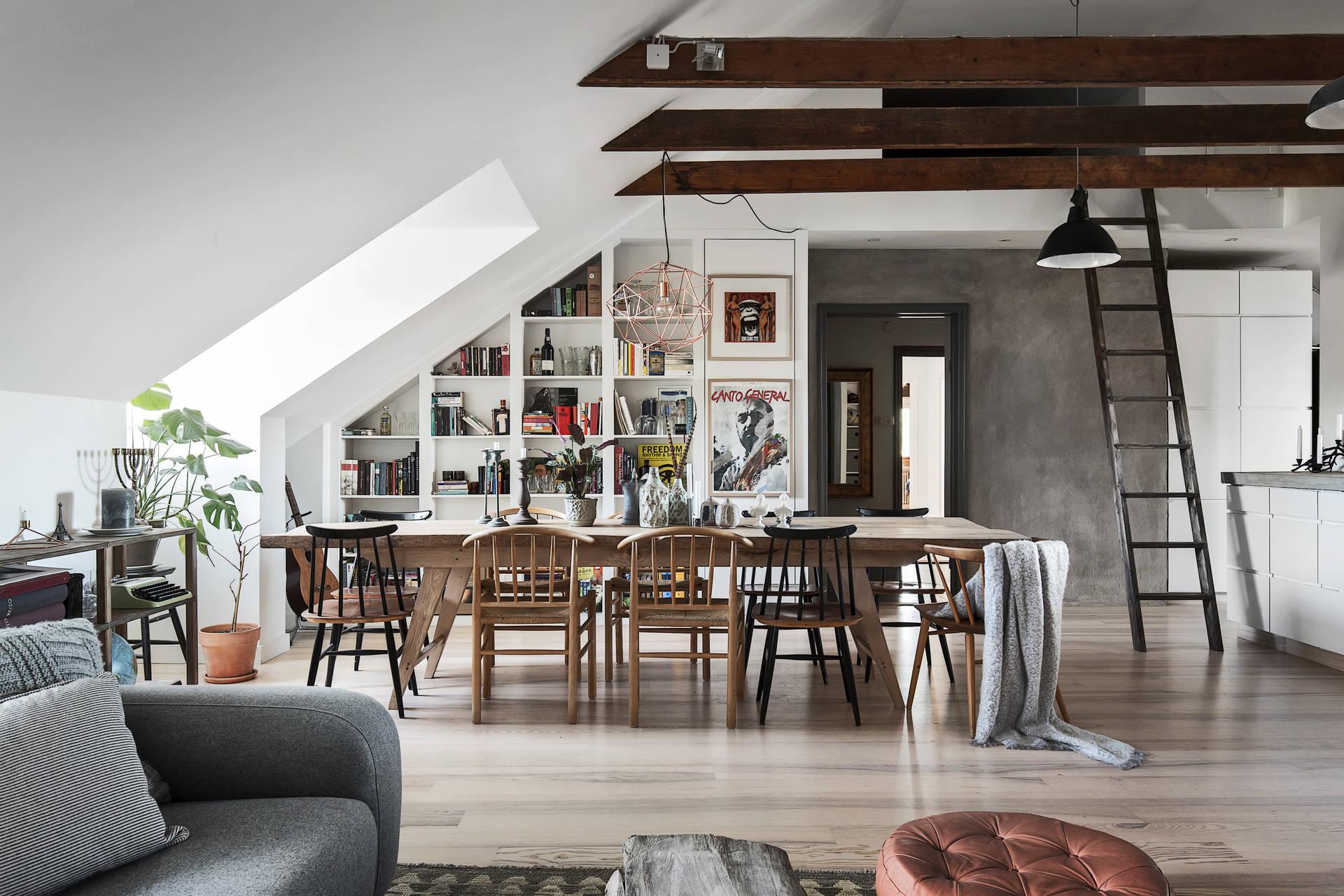 гостиная столовая лестница стол стулья стеллаж высокий потолок балки мансарда