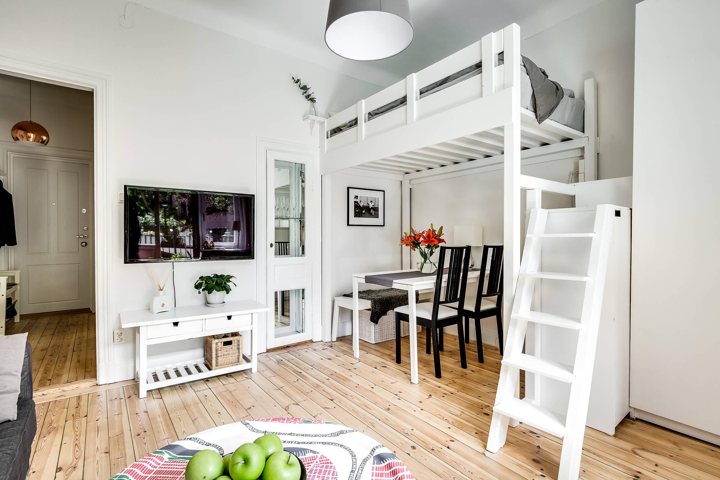гостиная антресоли лестница кровать стол стулья телевизор