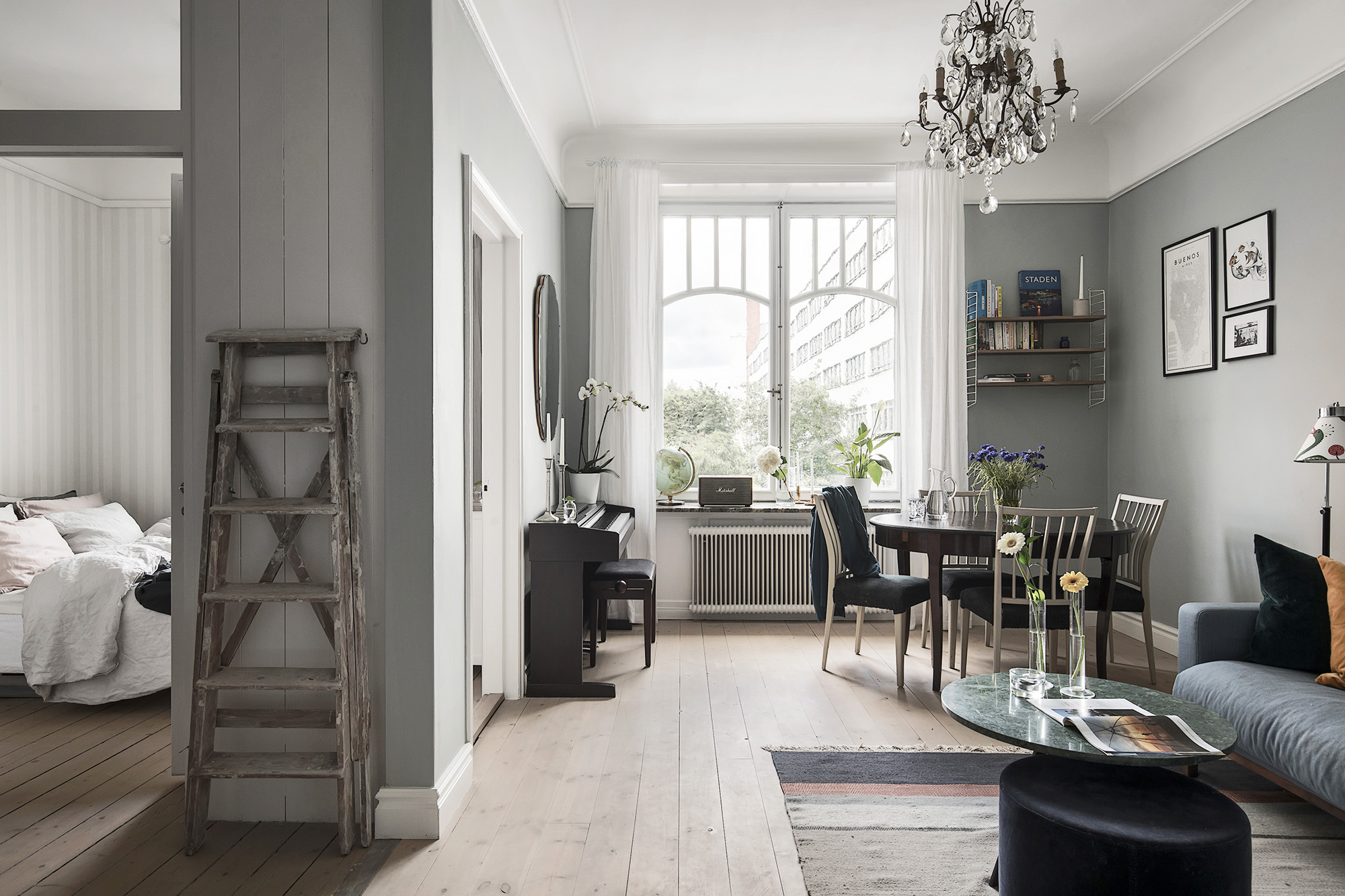 гостиная кухня лесенка обеденный стол стулья люстра  пианино окно