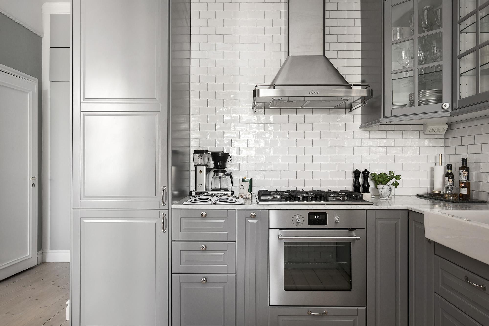 серая кухня плита вытяжка плитка кабанчик ретро шкаф