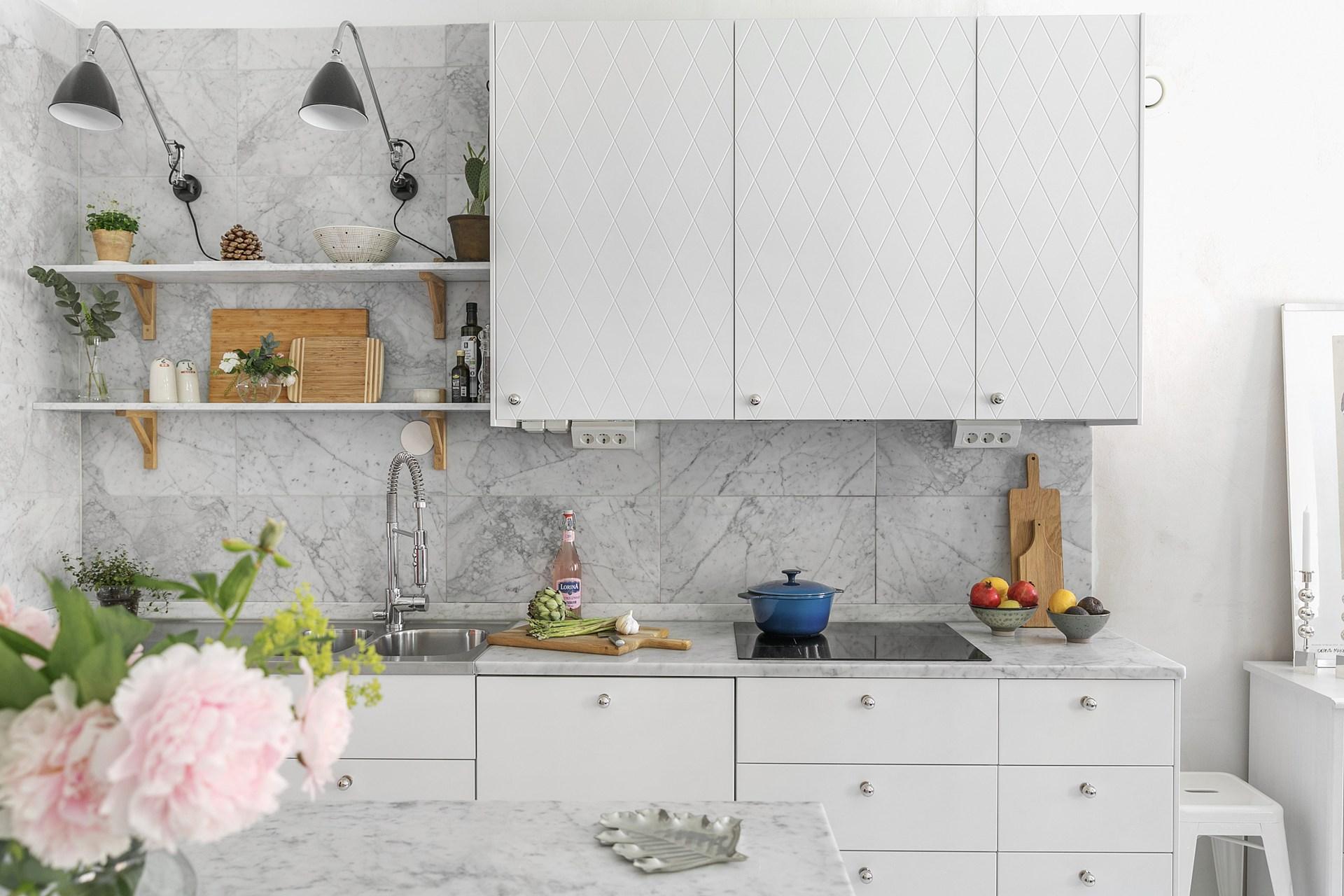 кухня столешница фартук мрамор плита встроенная вытяжка мойка смеситель полки
