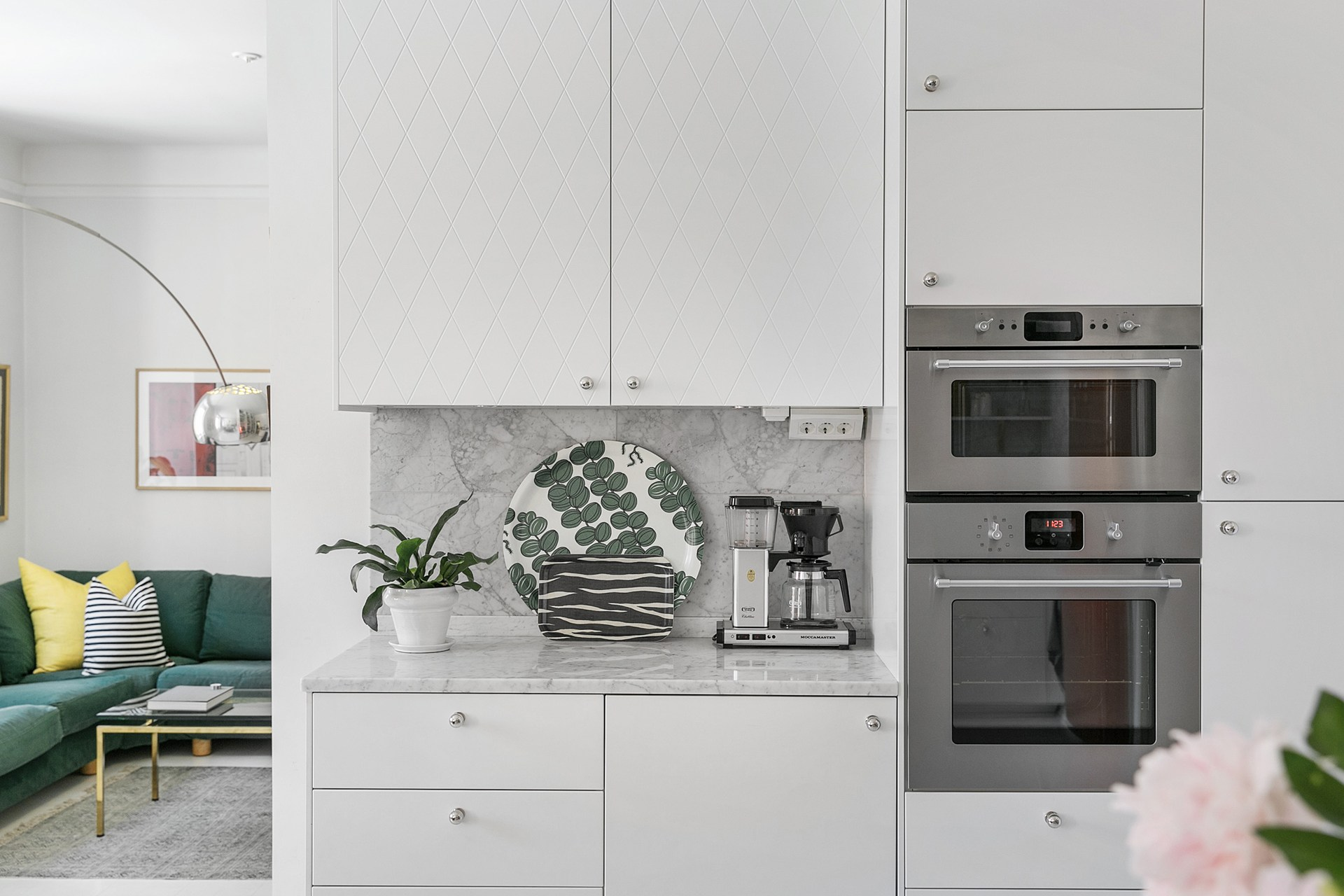 кухня встроенная техника столешница фартук мрамор