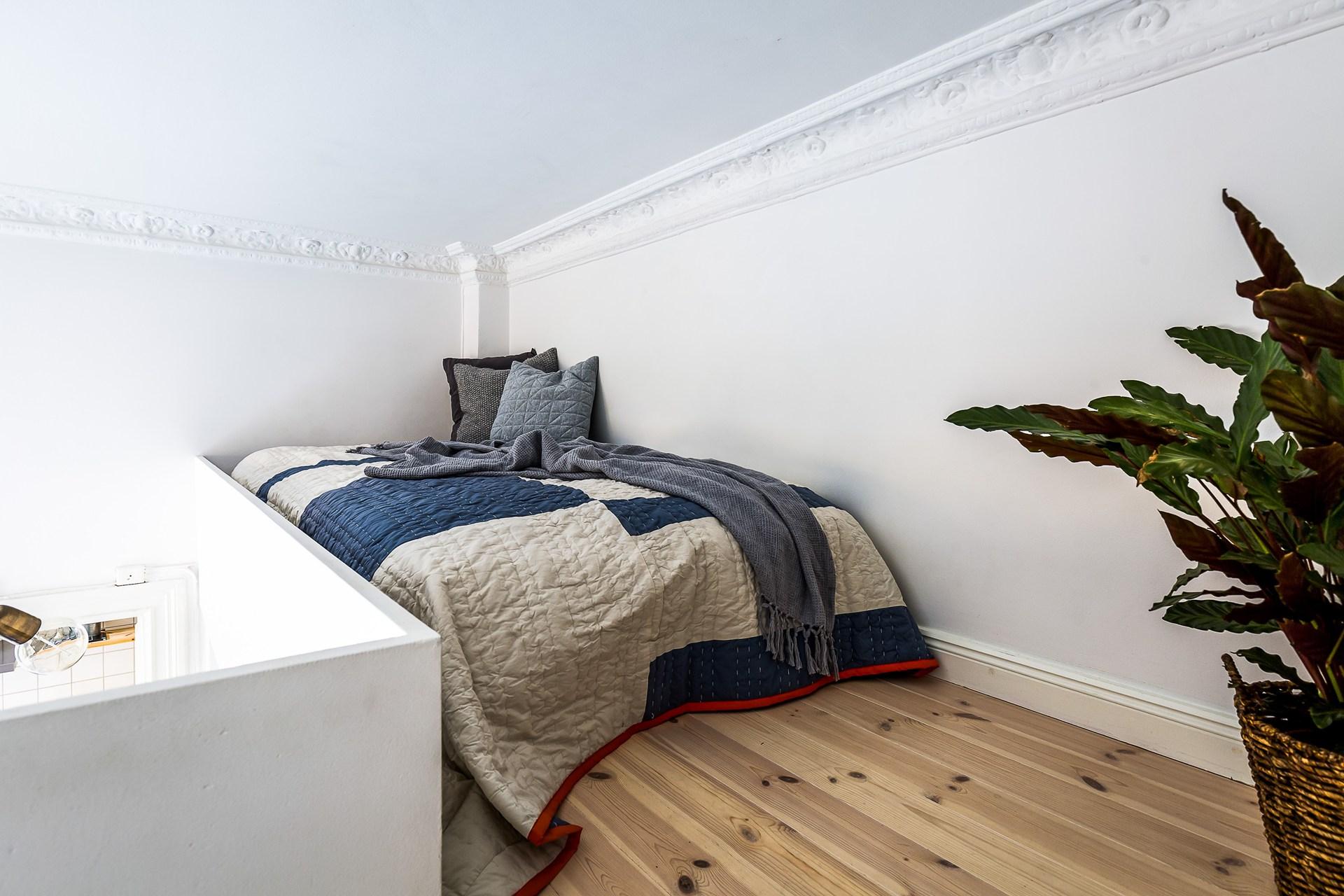 антресоли кровать лестница спальня лепнина молдинги