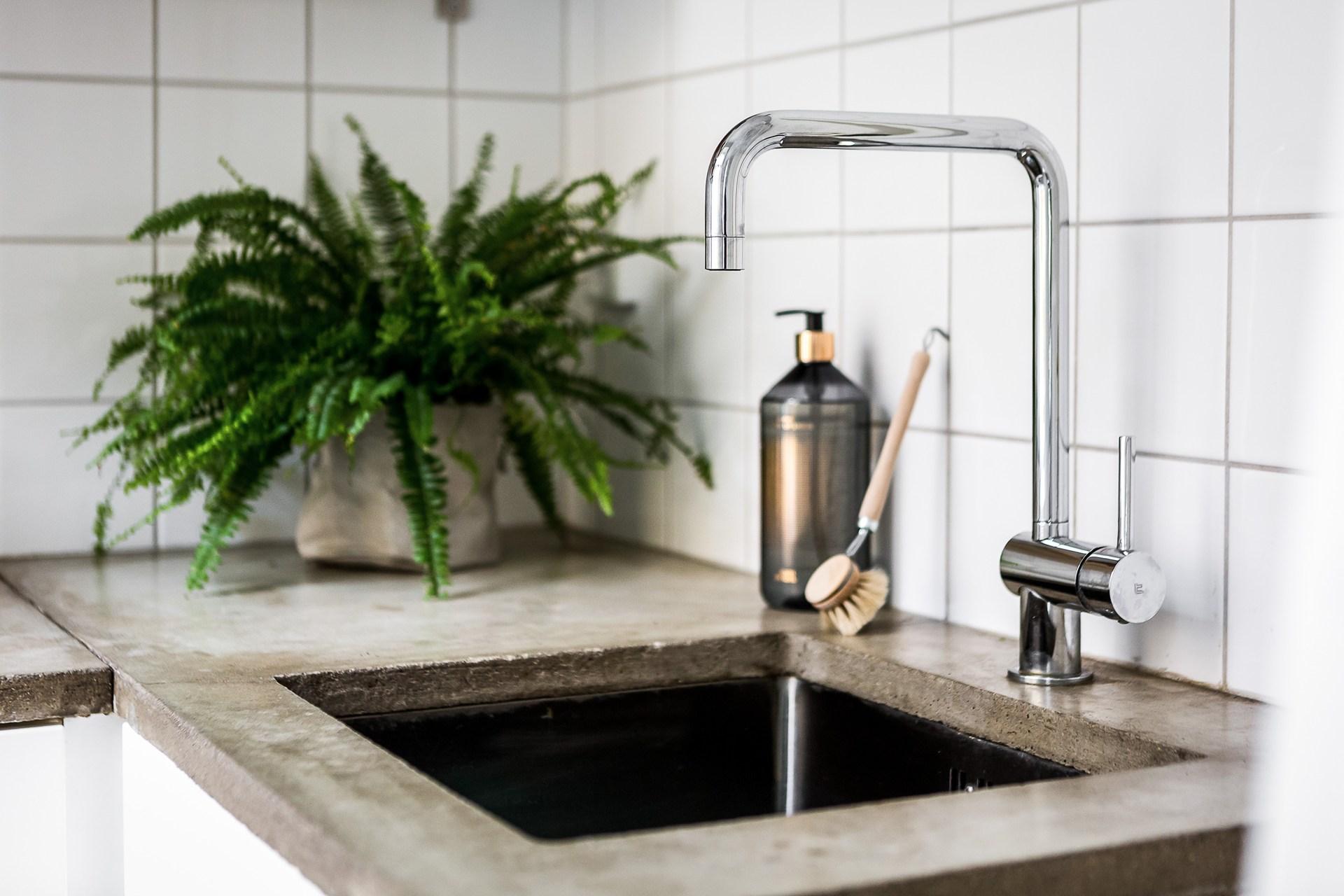 кухня столешница бетон мойка смеситель цветок
