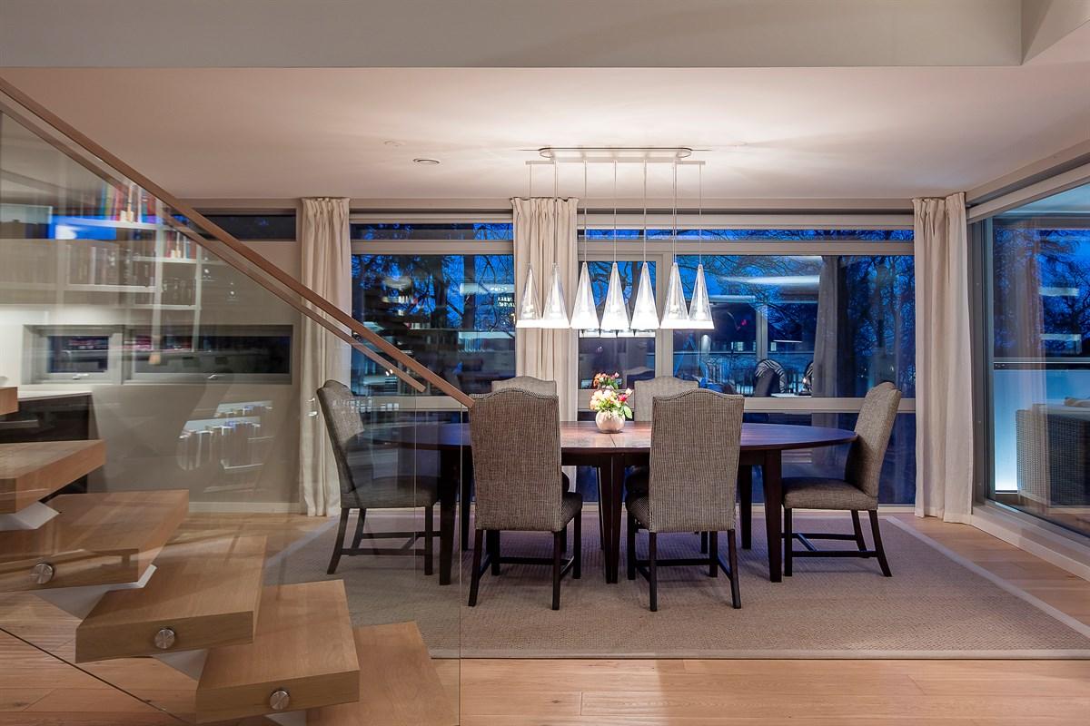 стол стулья лампы потолок лестница