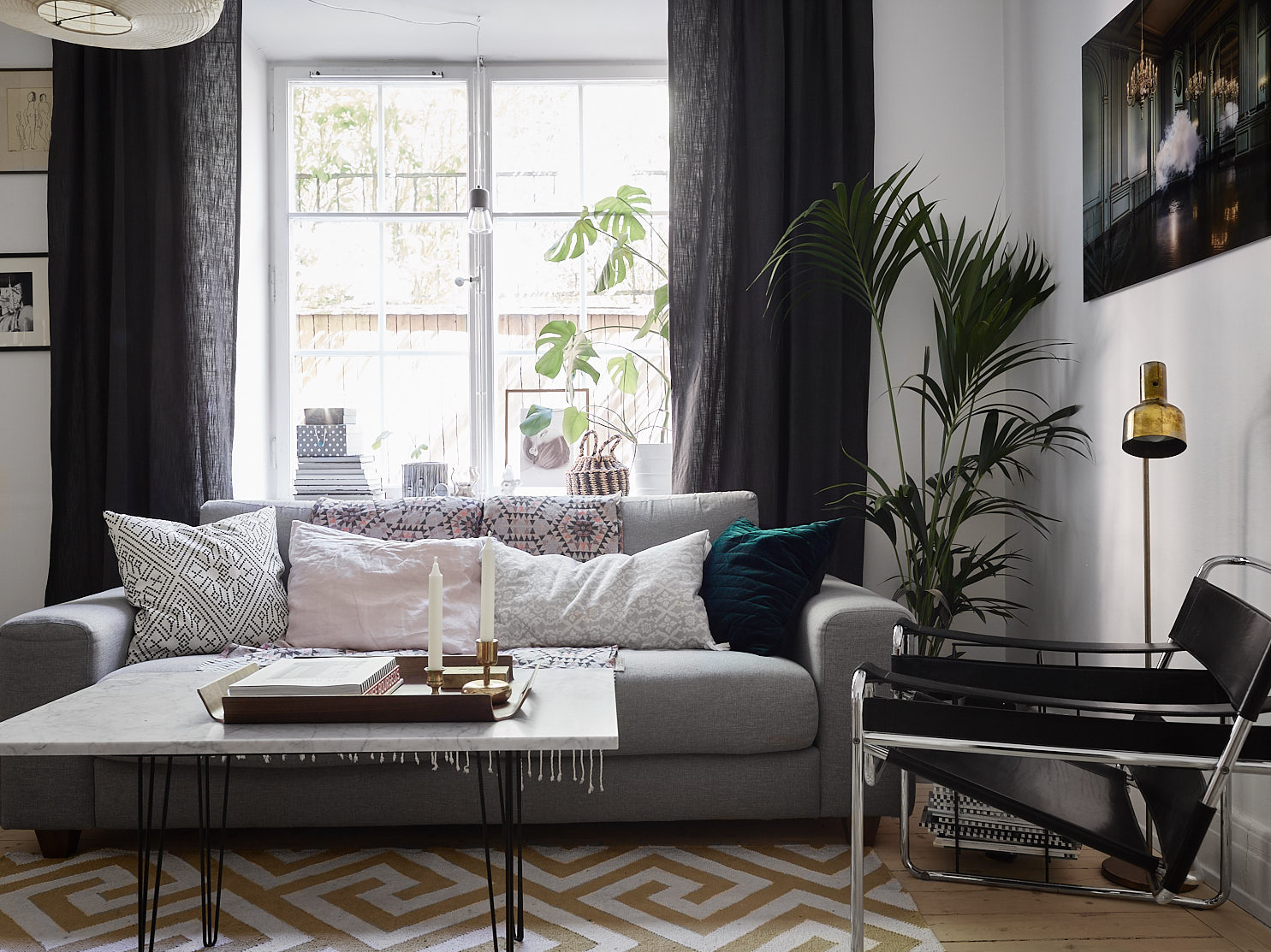 диван подушки кресло столик ковер окно подоконник цветок