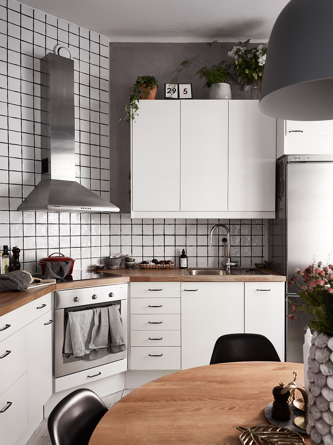 белая кухня плита вытяжка столешница мойка холодильник