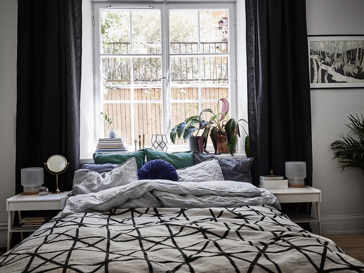 кровать окно подоконник прикроватные столики