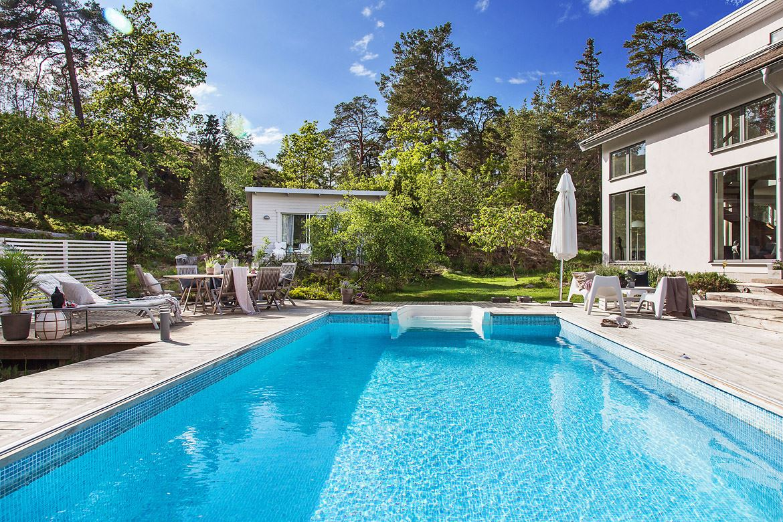 загородный дом терраса садовая мебель зонт бассейн