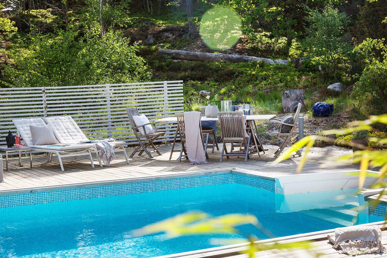 бассейн лежаки стол стулья