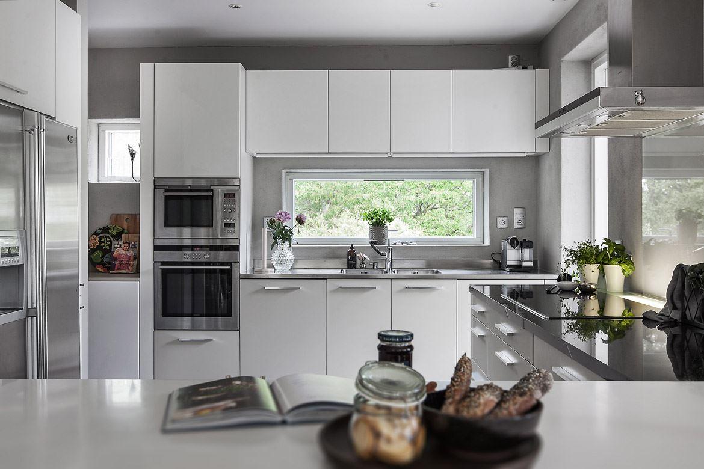 серая кухня встроенная техника столешница окно