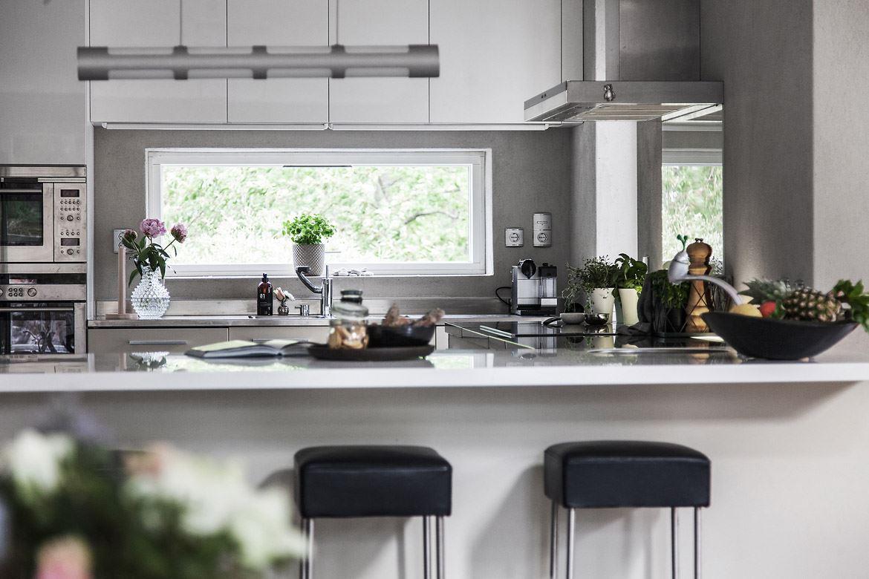 кухня столешница барные стулья плита вытяжка окно мойка кран