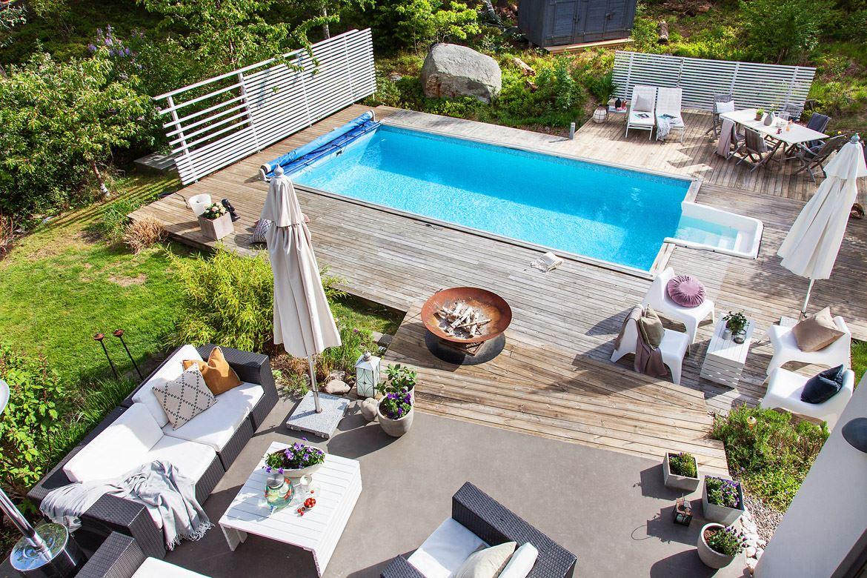 терраса уличная садовая мебель зонт бассейн
