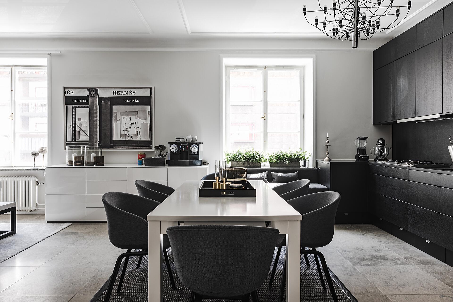 кухня столовая обеденный стол стулья окно диван