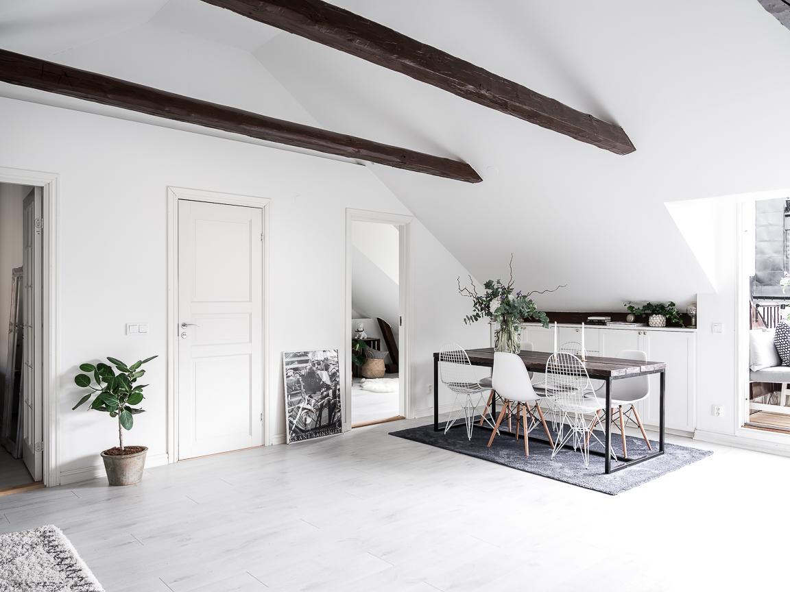 стол высокий потолок балки