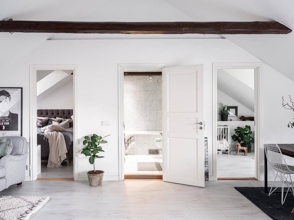 мансарда высокий потолок балки двери