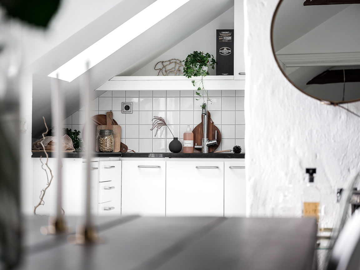 мансарда белая кухня плитка