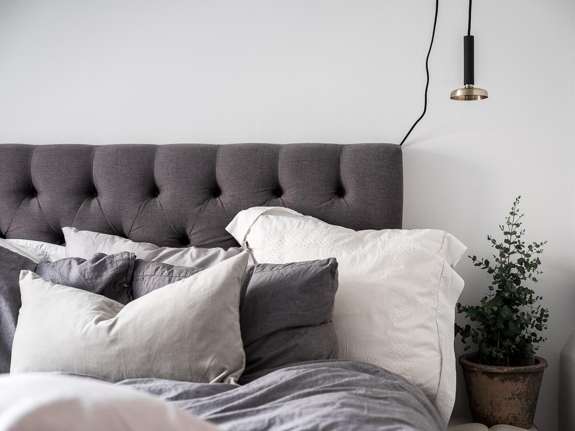 кровать изголовье светильник подушки