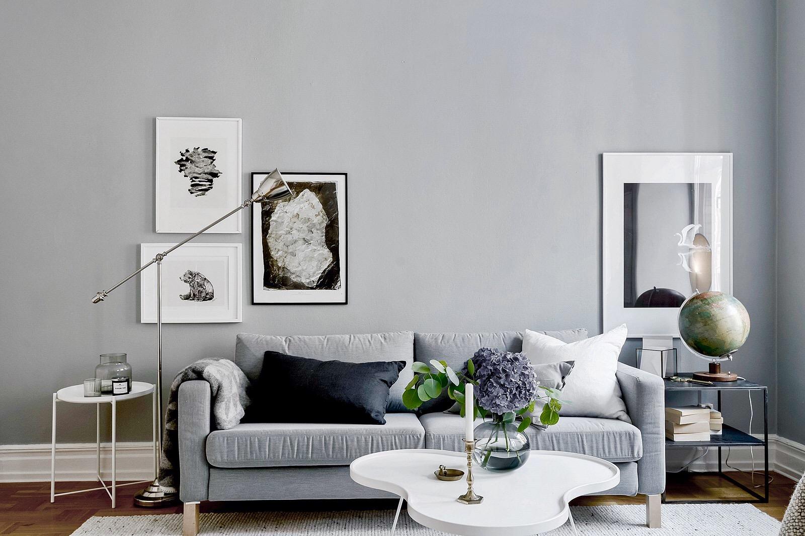 гостиная диван столик подсвечник ваза картины