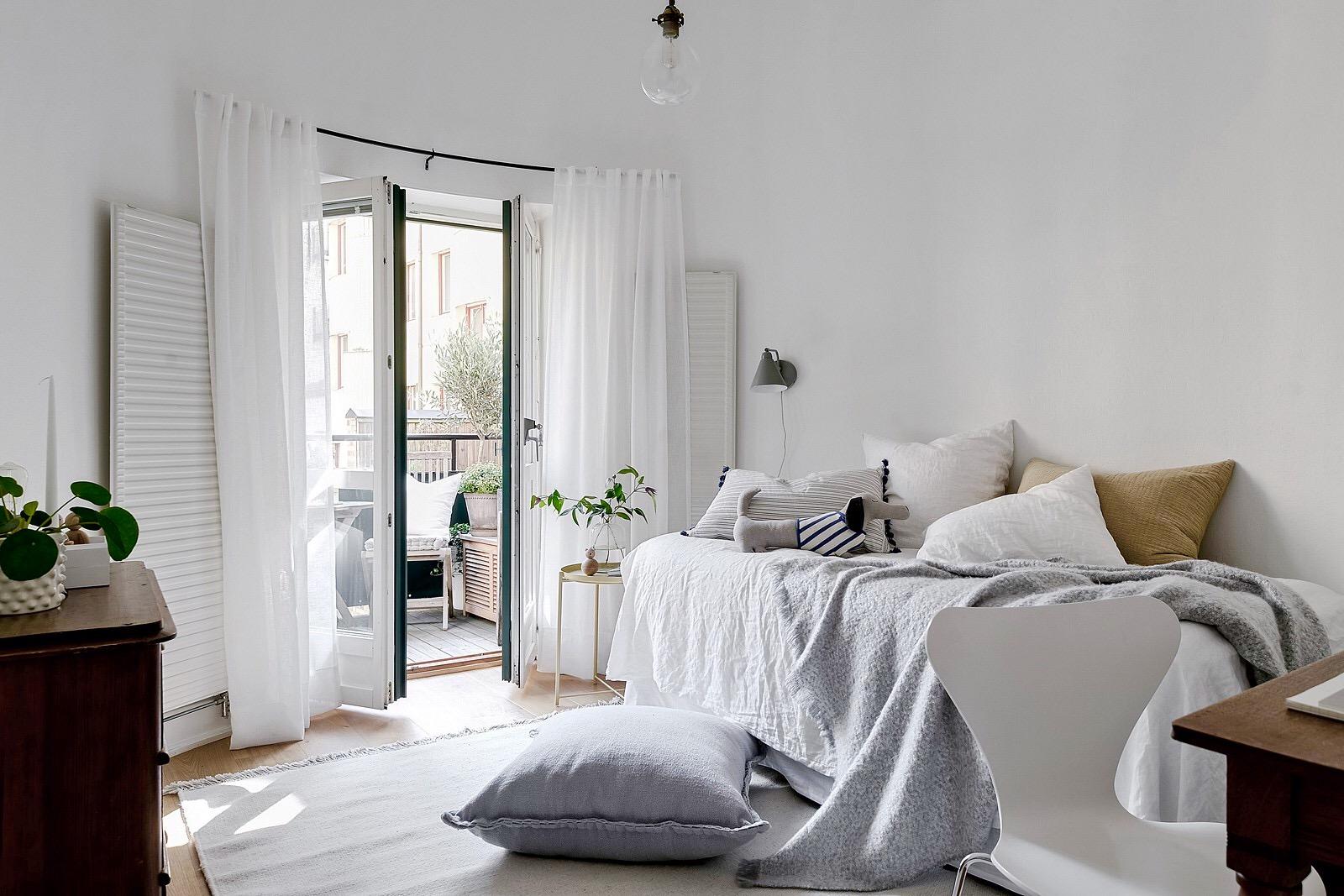спальня кровать окно выход на балкон