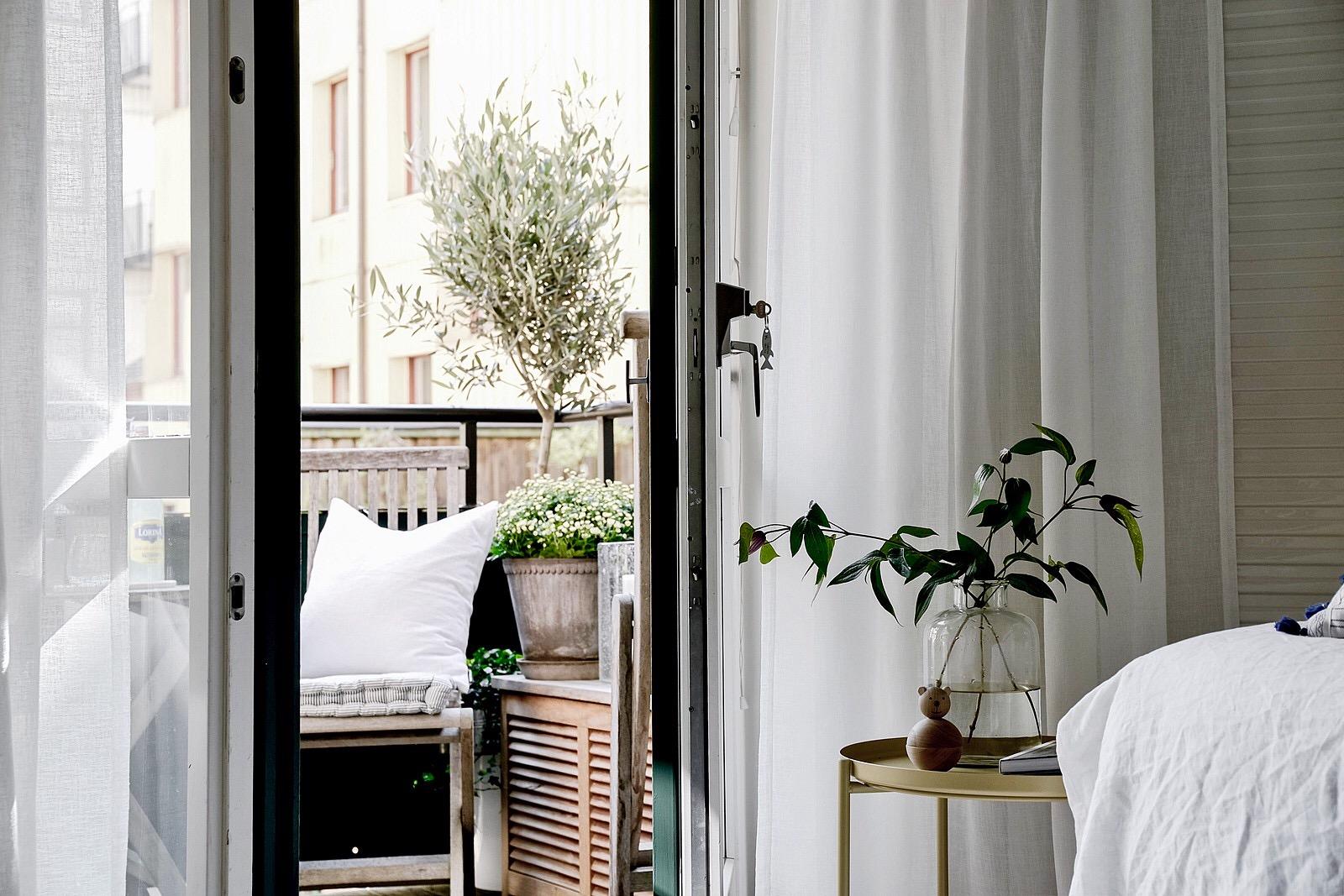 спальня прикроватный столик дверь балкон