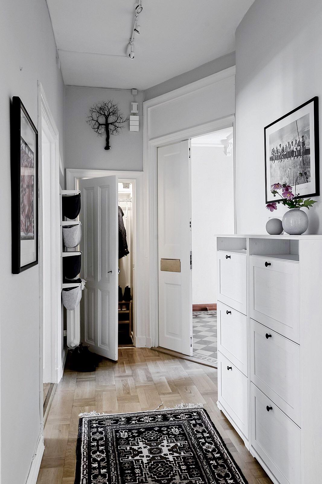 прихожая входная дверь коридор ковер комод шкаф кладовая