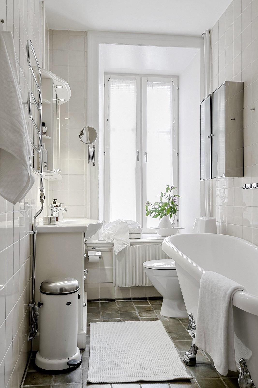 санузел окно ванна раковина зеркало шкафчик