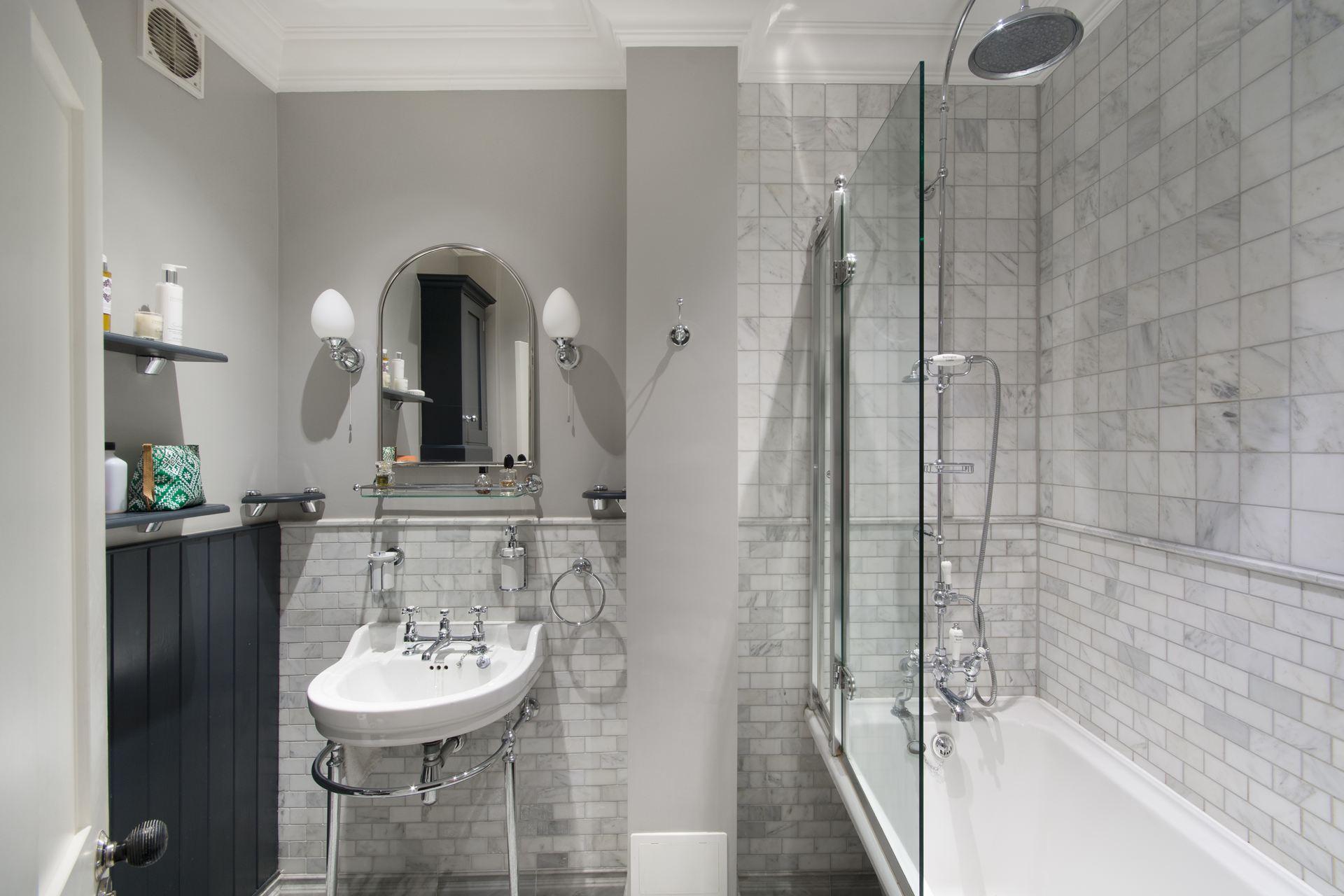 санузел душ ванна раковина зеркало плитка мраморр
