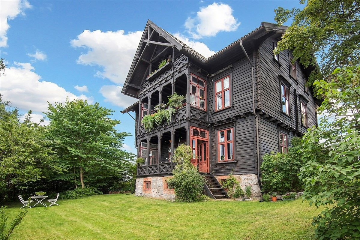 фасад загородного деревянного дома крыльцо балкон