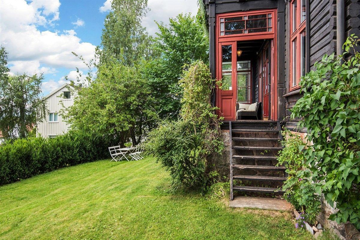 загородный деревянный дом крыльцо лестница двери