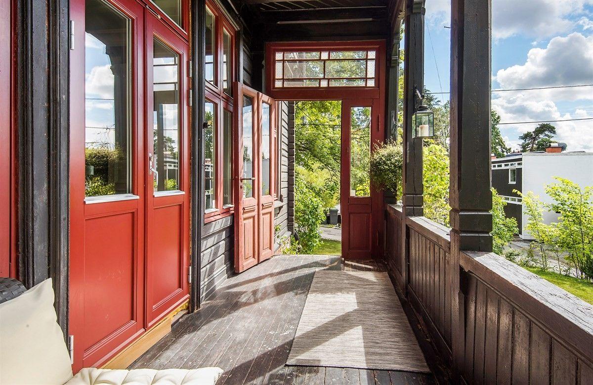деревянный дом балкон двери