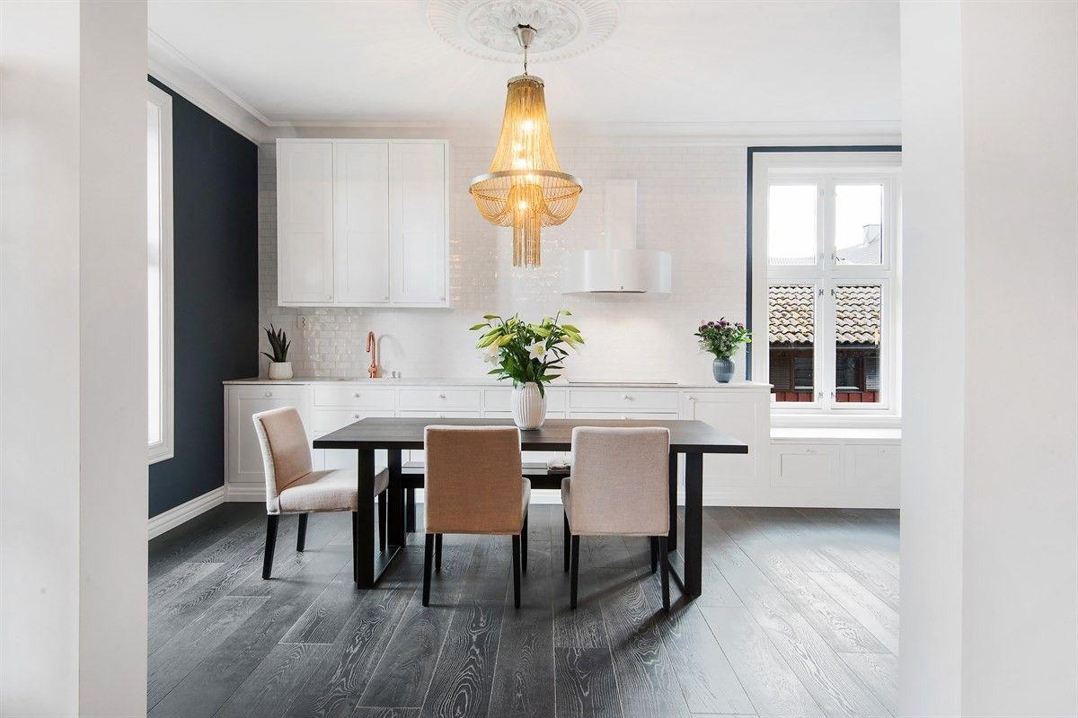 кухня обеденный стол стулья люстра окно