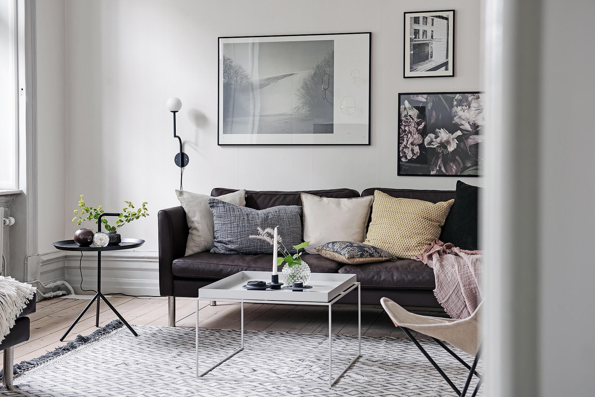 гостиная диван подушки кресло столик ковер