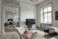 анфилада гостиная высокий потолок лепнина наличники окно телевизор кресло