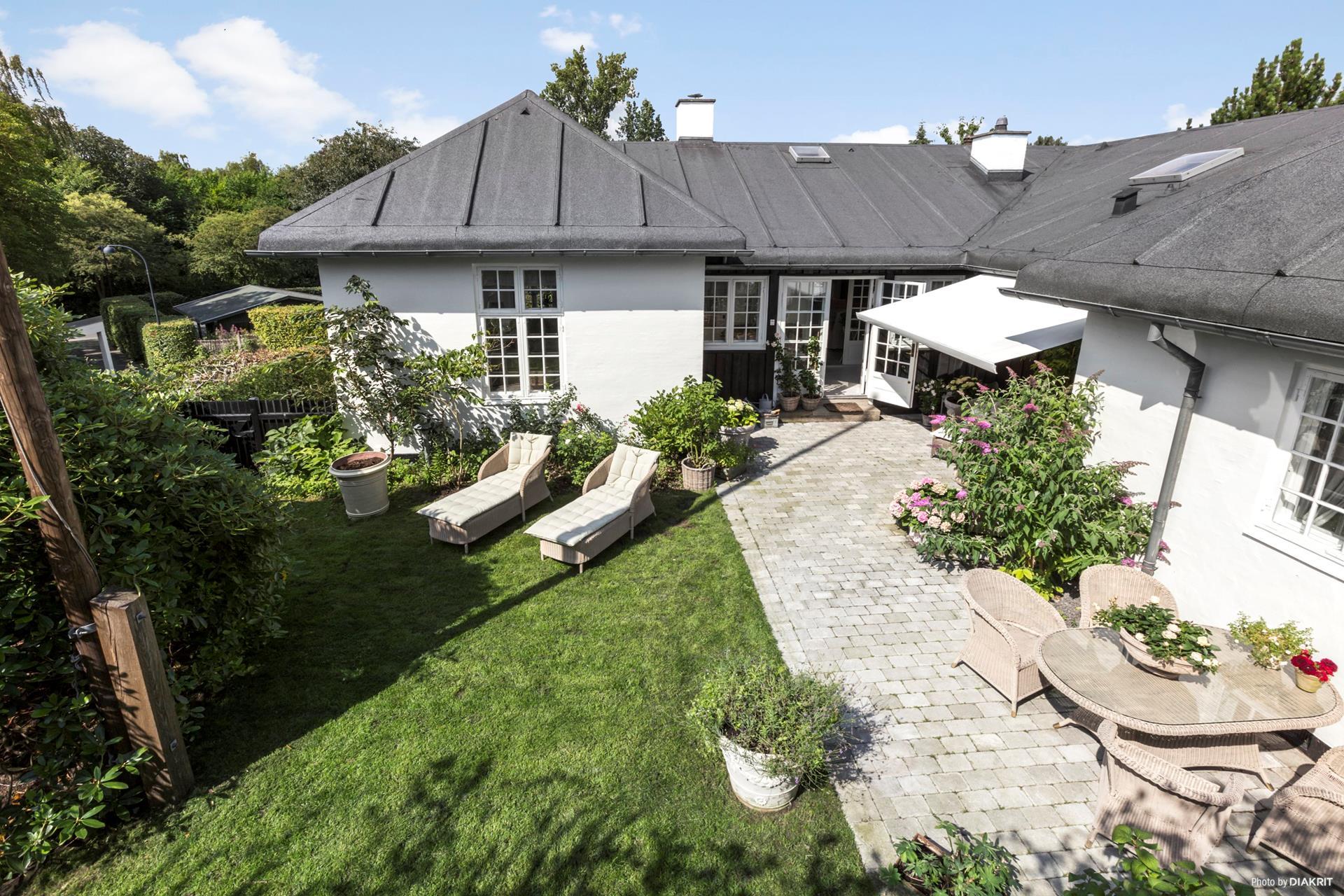 загородный дом терраса уличная садовая мебель лежаки газон отмостка