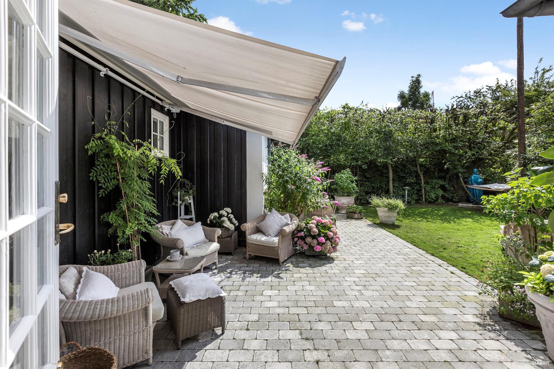 загородный дом маркиза терраса отмостка садовая мебель