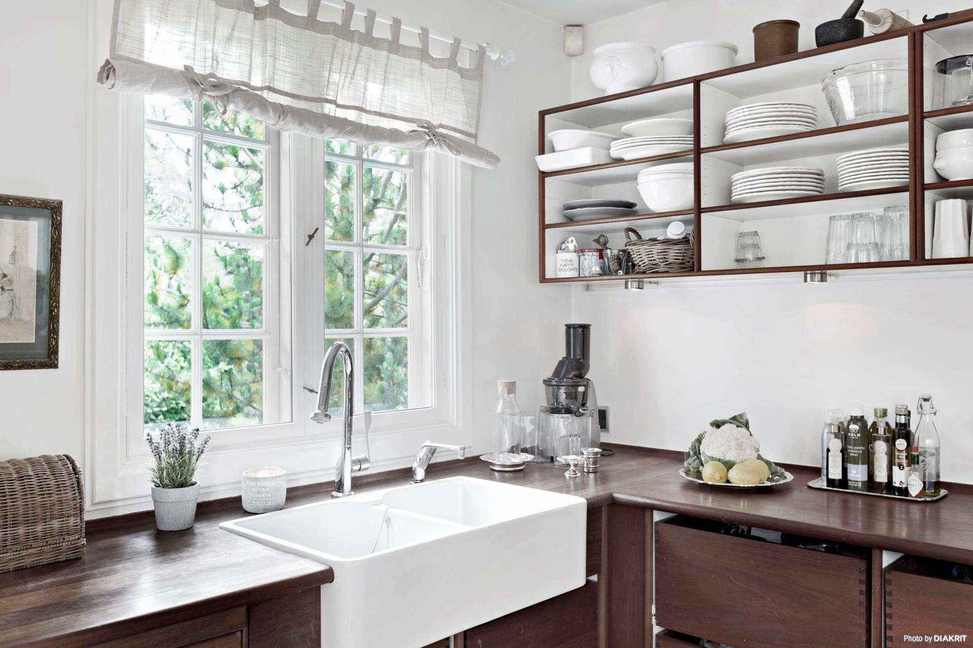кухня окно накладная мойка смеситель полки посуда