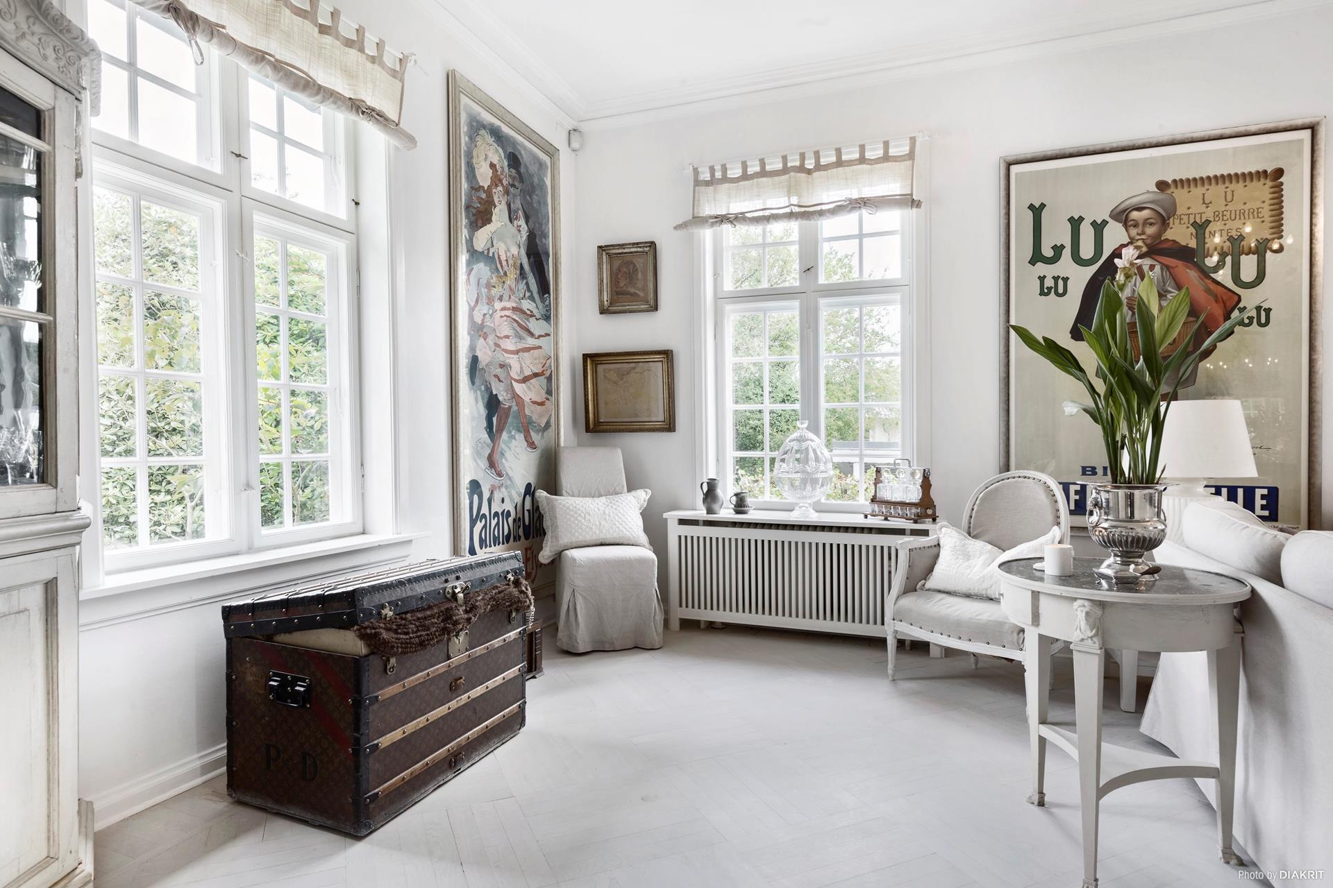 окно шторы подоконник  картины сундук кресло консоль