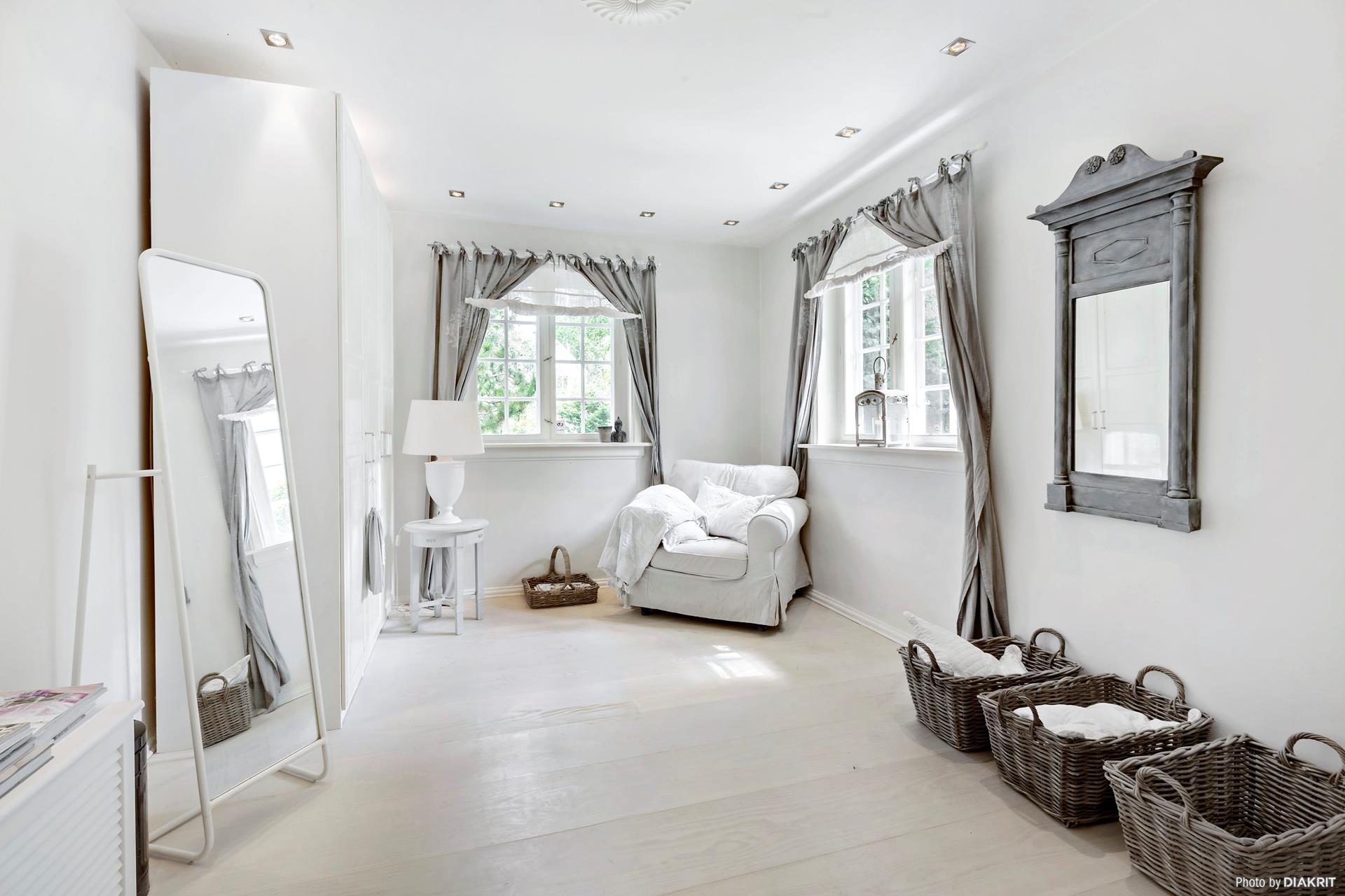 комната окно шторы корзины напольное зеркало кресло столик лампа