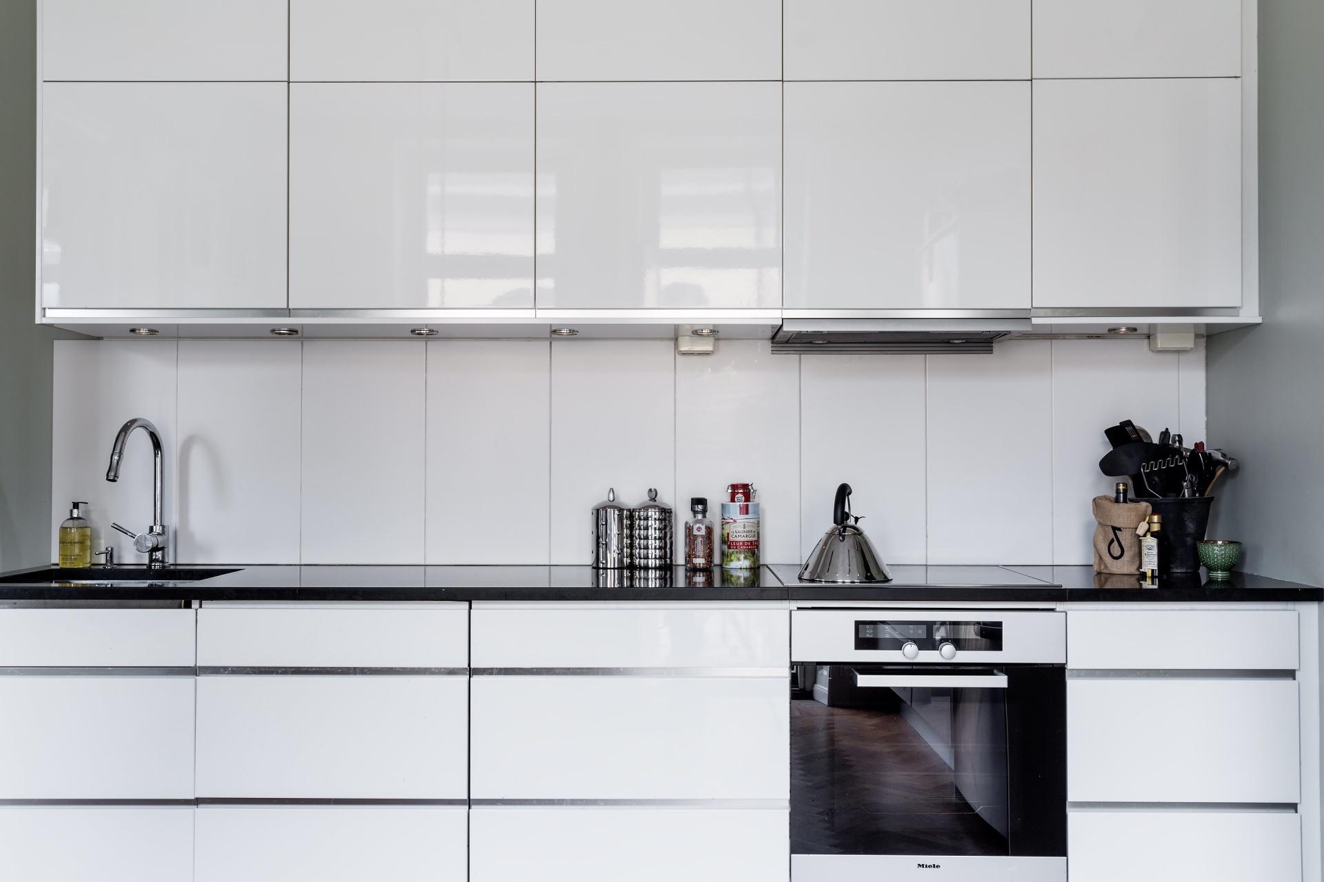 белая кухня, темная столешница плита встроенная вытяжка
