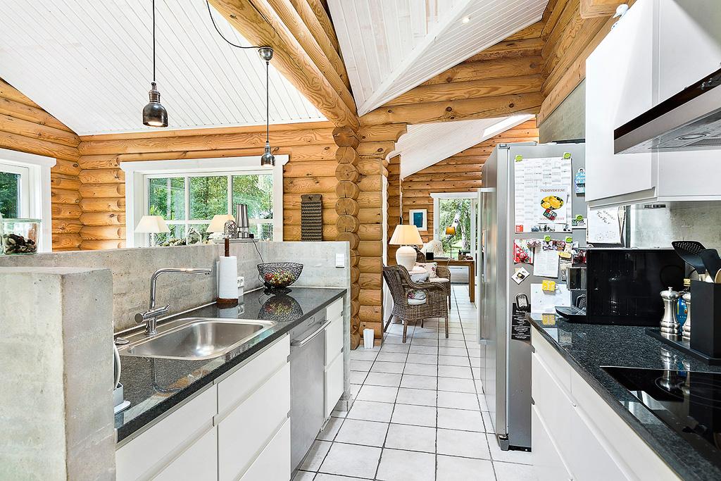 кухня кухонный остров мойка смеситель холодильник высокий потолок