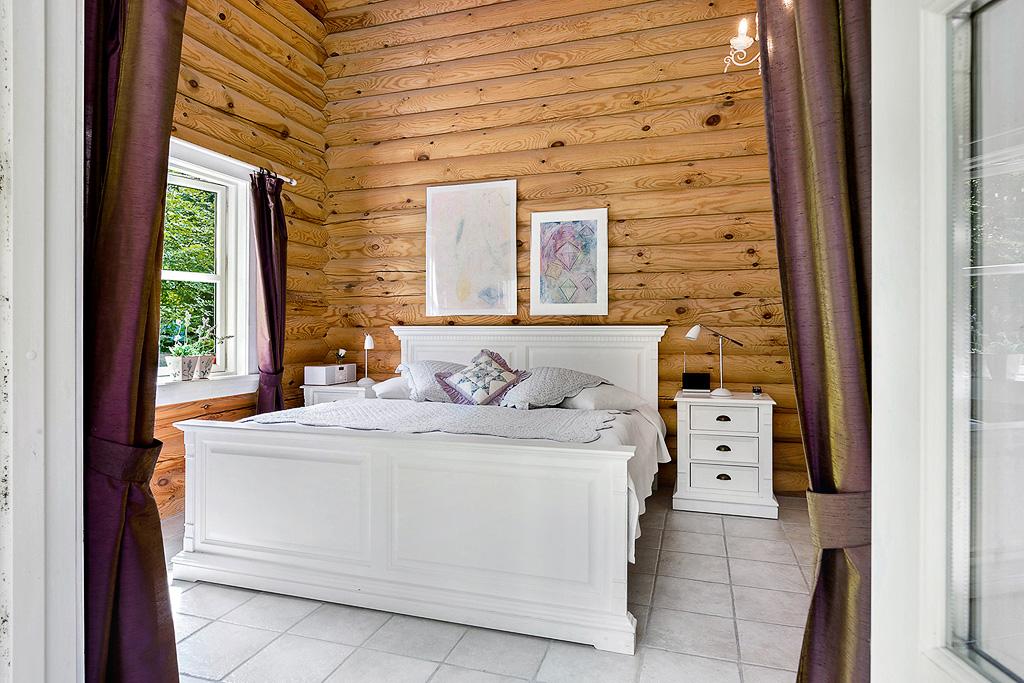 спальня кровать высокий потолок