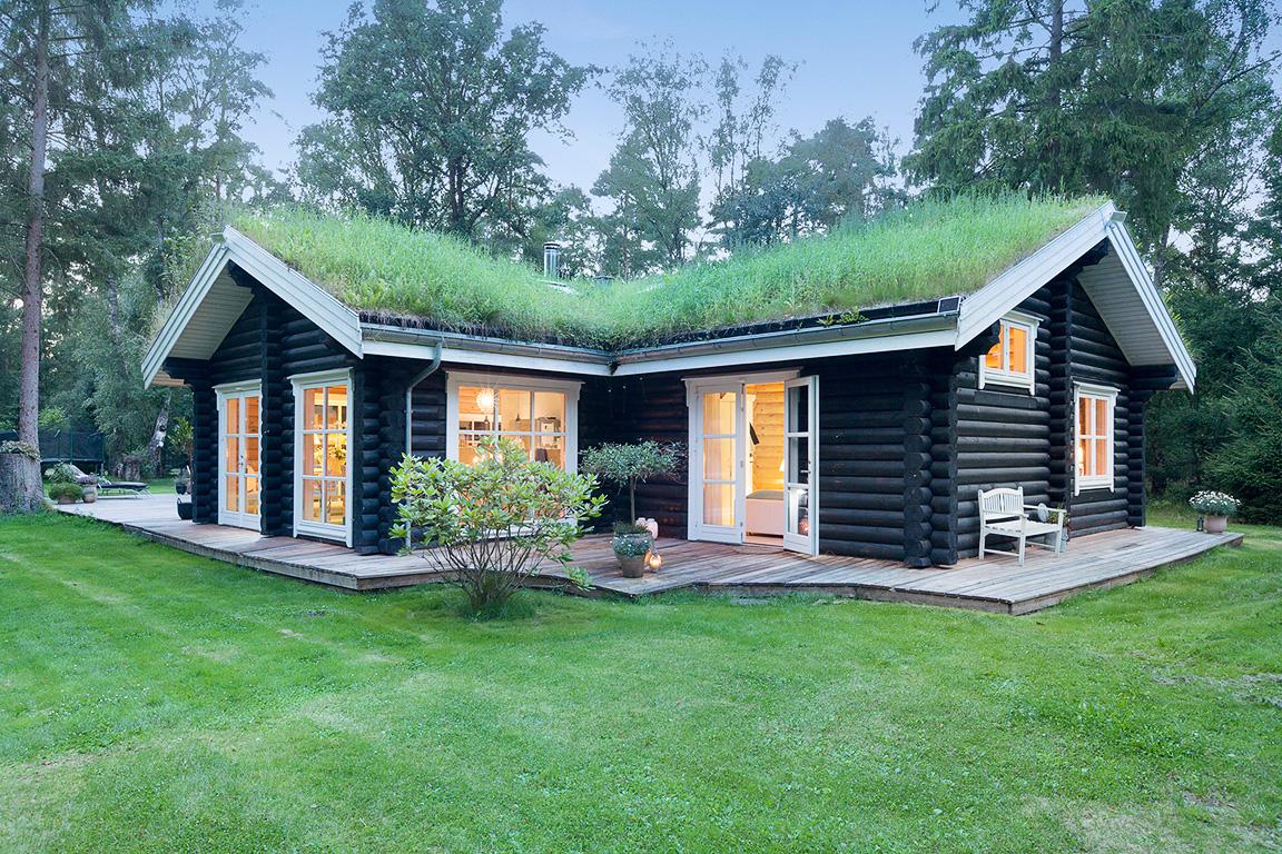 деревянный дом зеленая кровля остекление настил отмостка газон